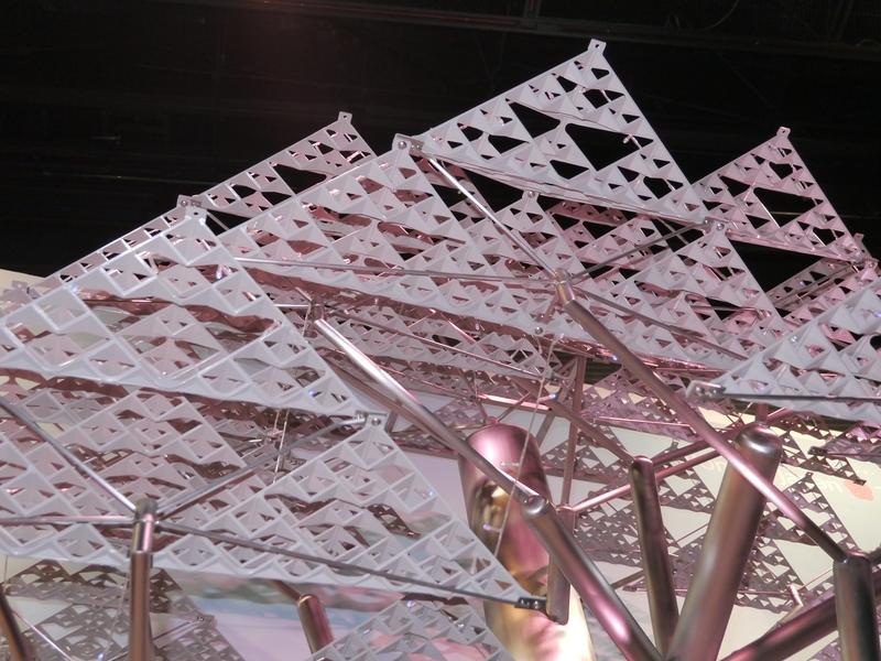 人工的な葉は、光を効果的に遮るとともに、風を通すことができる。この葉は積水化学工業の技術だという