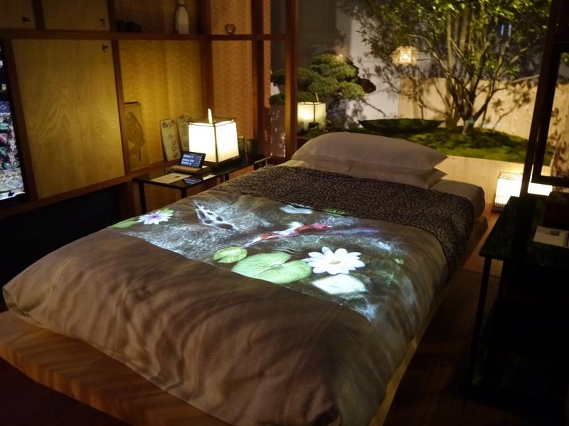 投影機能を搭載したスペースプレーヤーでホテルの寝室を演出