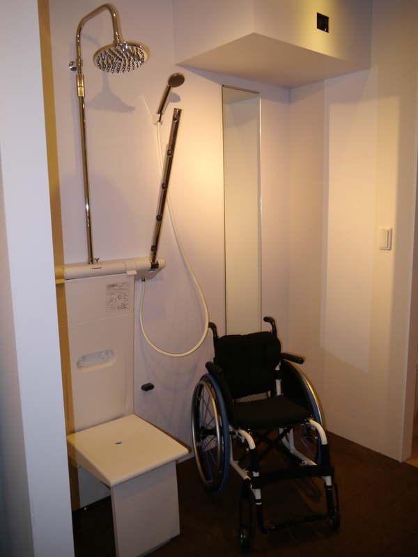 パラリンピックの参加者にも配慮したバリアフリーのシャワー施設