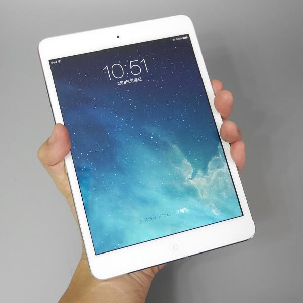 手で握った場合の比較。左から、Nexus 7(2013)、本製品、iPad mini 2だが、指を届かせるのがやっとのiPad mini 2に比べると、本製品の方が実用範囲で持ちやすさを保っている。ただし親指のかかり方を見てもらえれば分かるように、Nexus 7(2013)の方がしっかりと握れる