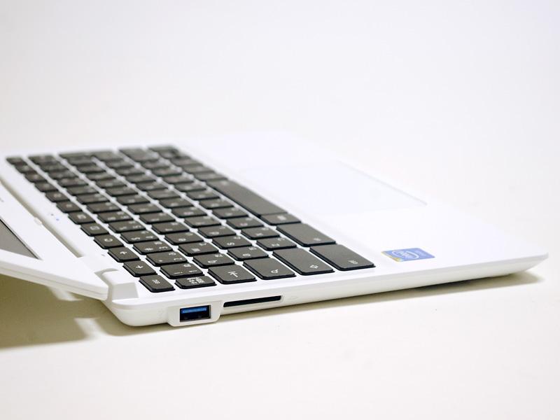 左側面にはUSB 3.0、SDカードリーダを備える。液晶パネルは結構傾けることができる