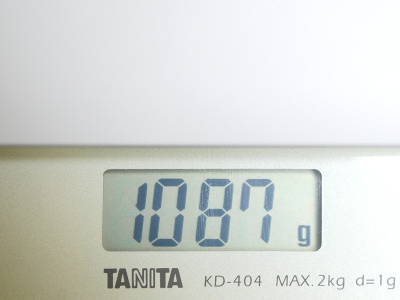 重量は実測で1,087g。11.6型のノートPCとしては軽量級だ