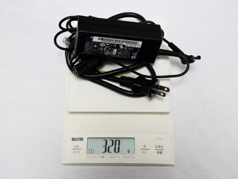 ケーブル込みでの重量は約320g。本体込と合わせると、ギリギリ1.5kgを切らない程度の重量となる。