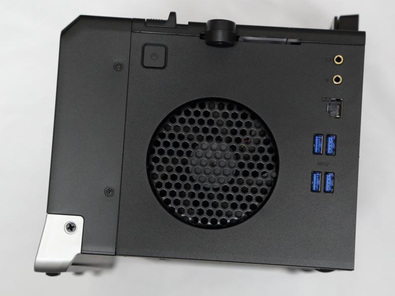 G-Dock右側面。USB 3.0ポート×4、音声入出力、Gigabit Ethernet、電源スイッチを備える