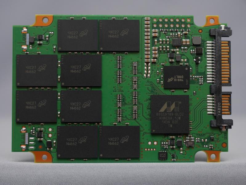 MX200の基盤表。コントローラはMarvell製の「88SS9189」、NANDフラッシュメモリはMicron製16nm MLC NANDフラッシュメモリチップ「NW662」を8個搭載。キャッシュ用メモリ「D9RLT」も搭載されている