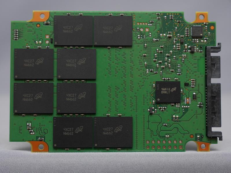 裏面には、MLC NANDフラッシュメモリチップ「NW662」8個とキャッシュ用メモリ「D9RLT」を搭載する
