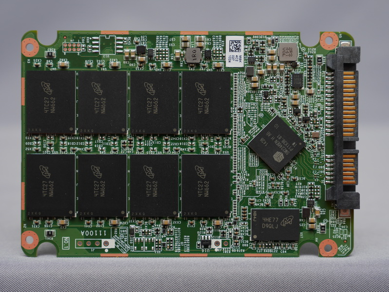 CrucialブランドのSSDとして初となるSilicon Motion製コントローラ「SM2246EN」を採用。NANDフラッシュメモリチップはMX200と同じMicron製16nm MLC NAND「NW662」を8個、キャッシュ用メモリチップは「D9QLJ」を搭載する