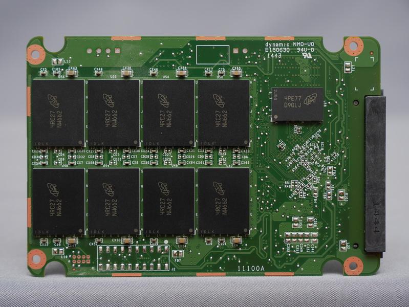裏面にもMicron製16nm MLC NAND「NW662」を8個と、キャッシュ用メモリチップ「D9QLJ」を搭載
