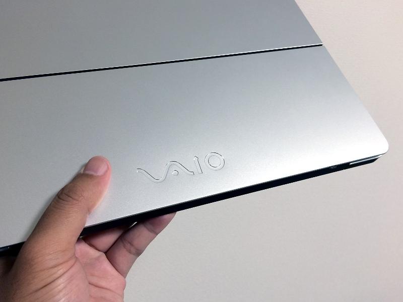 天板およびキー盤面の手前にVAIOのロゴが刻印されている。このほか「MADE IN AZUMINO JAPAN」の刻印もある