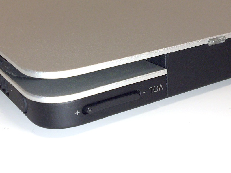 背面には音量調節キーを備えるが、ディスプレイを開くとふさがってしまう。後述のタブレットモードでのみ利用できるボタンということになる