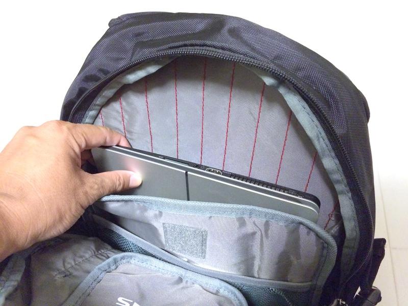 VAIO Zはバッグに入れての持ち運びも容易だ。使用時に感じる画面サイズに比べ、その小ぶりなボディには驚かされる