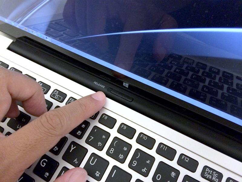 マルチフリップ機能のギミックも紹介しておこう。まずはヒンジ部にある「RELEASE」ボタンをスライドさせてロックを外す