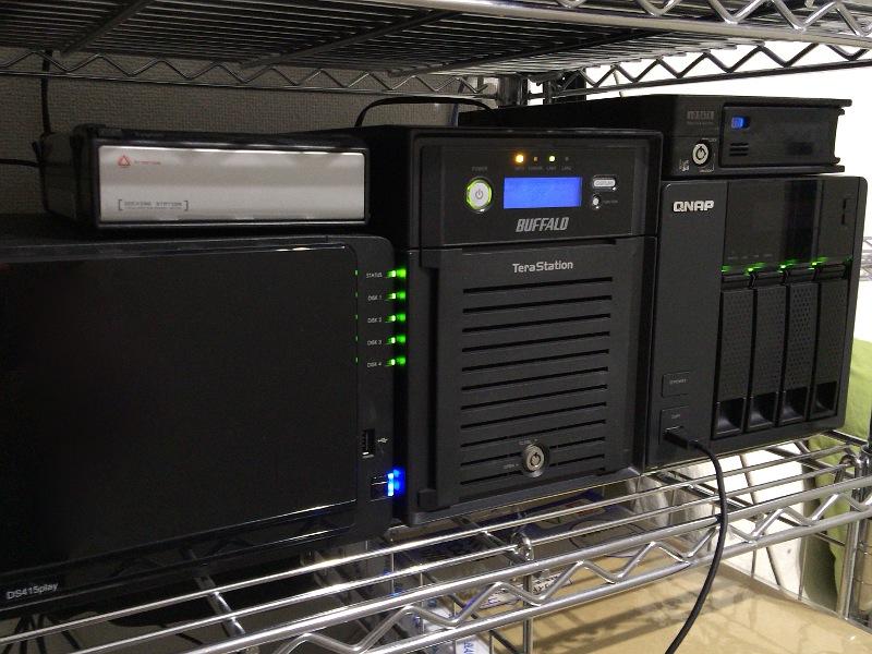 自宅のNAS。メインで使っているのはSynologyの「DS415play」(左手前)と、QNAPの「TS-419P II」(右奥)。いずれも4ドライブ構成のLinuxベースのNASだ