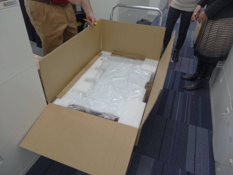 Workfit-Tの箱を開け、緩衝材を取り外す