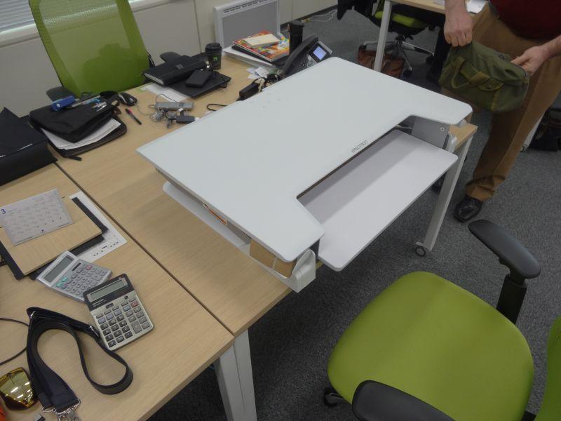 後は机の上に置いて、レバーを固定しているバンドを取り外す。以上で設置完了