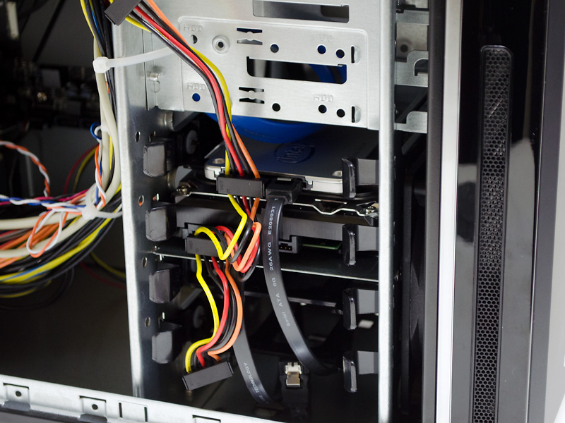 内部(HDDベイ周辺)。上にSSD、下にHDD。上の3.5インチシャドウ(×2)と合わせて4つが空き