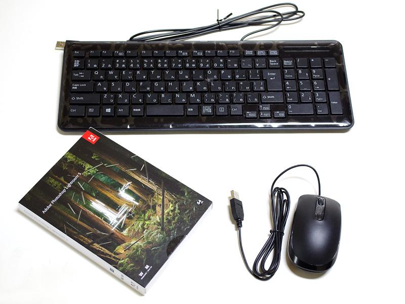 付属品。USB式のキーボード(保護シートが付いたまま)とマウス、Adobe Photoshop Lightroom 5(64bit版)