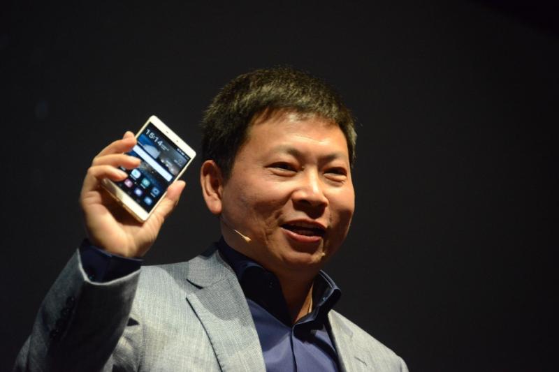 ジャケットのポケットから取り出してP8を披露するHuawei CEOのRichar Yu氏
