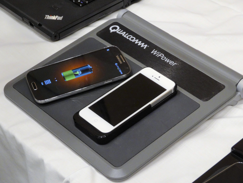 「WiPower」リファレンスモデルの無線給電デモ。展示機はUSB 2.0程度の出力だという