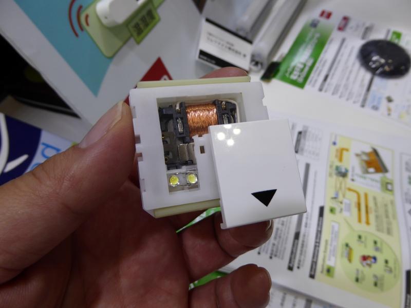 スイッチのオン/オフのような状態変化で発電し通信する。これは仕組み解説のデモ用