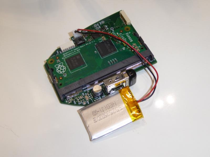 中身はRaspberry Piを搭載。USB2.0コネクタ内蔵