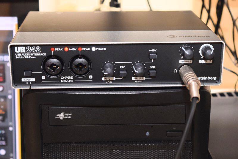 SteinbergのUR242。XLR/TRSコンボ×2の入力とヘッドフォン端子を装備。XLR/TRSコンボはコンデンサマイク用の+48Vにも対応し、一番左の端子は、ギターやベース用のHI-Zにも対応