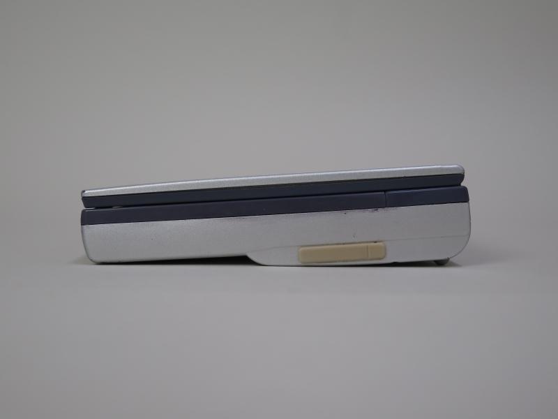 本体右側面。モデムの専用ポートがあり、専用ケーブルで接続できるが、今回購入した製品には付属されておらず、利用できなかった