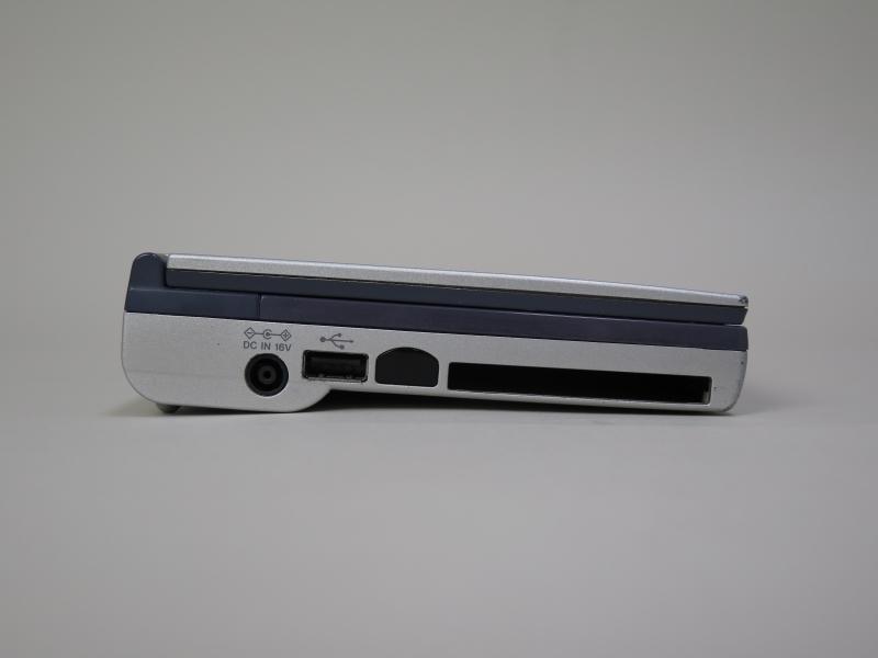 左側面にはDC入力、USB、IrDA、PCカードスロットを備える