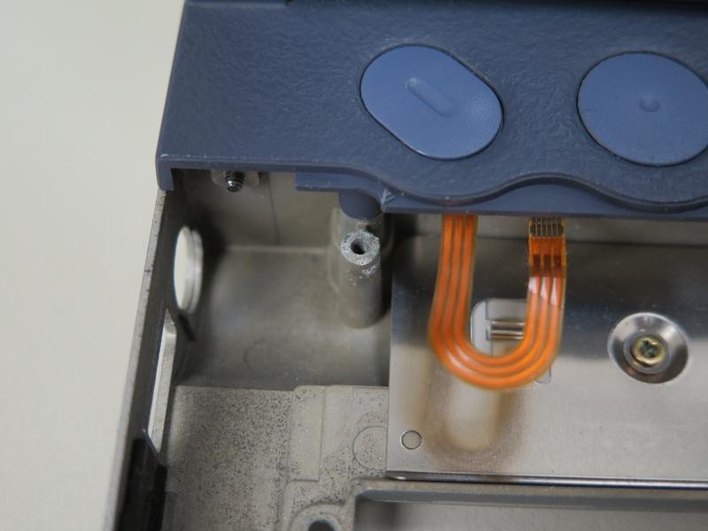 ネジ受けもシャーシと一体型。最近プラスチックの筐体に金属のボルトをはめ込み、それをネジ受けとする製品が多いのだが、それらとは一線を画す耐久性を実現する