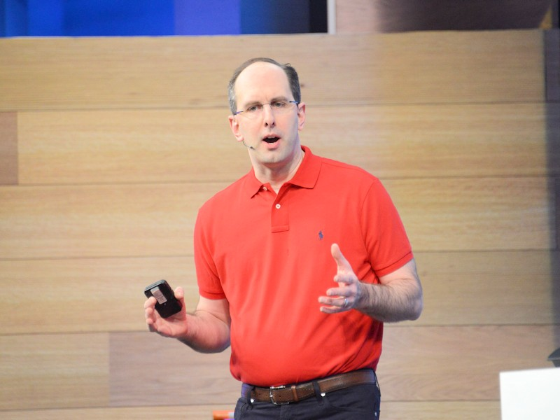 トレードマークともいえる赤いシャツで登場したScot Gathry氏(同社EVP、Microsoft Cloud and Enterprise group)