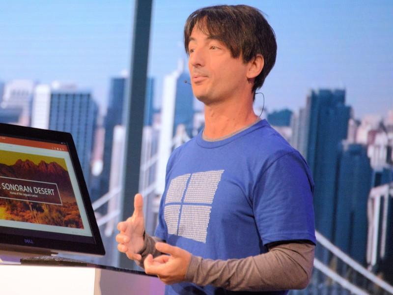 スマートフォンを大型ディスプレイに接続すれば、まるでPCのようなデスクトップで作業ができる。デモしているのはJoe Belfiore氏(同社VP、Operating Systems Group)