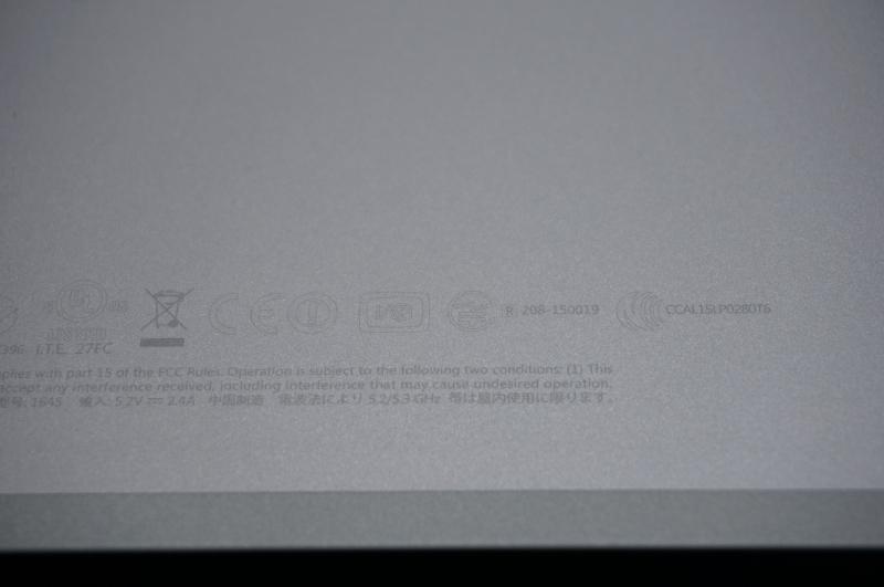 スタンドの裏面には各種認証マークがレーザー刻印されている。日本向けの技適マークも認証番号付で書かれていた