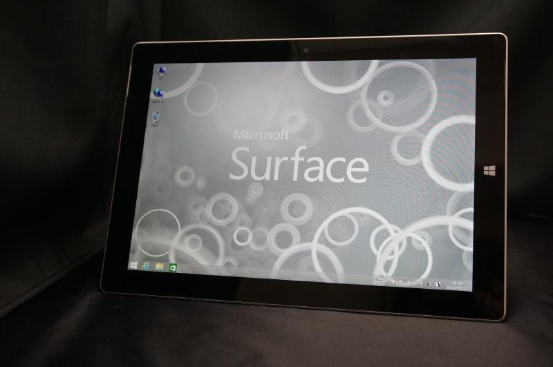 表面は黒の液晶面の縁にシルバーの枠という組み合わせ。右側にWindowsボタンというデザインもSurface Pro 3のそれを継承している