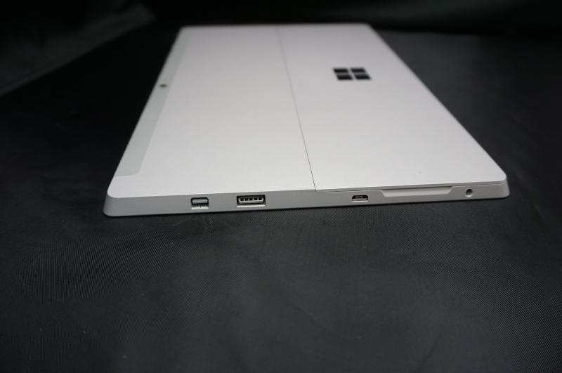 本体の右側面にはMini DisplayPort、USB 3.0(A端子)、Micro USB(充電専用)、ヘッドフォン端子が用意されている
