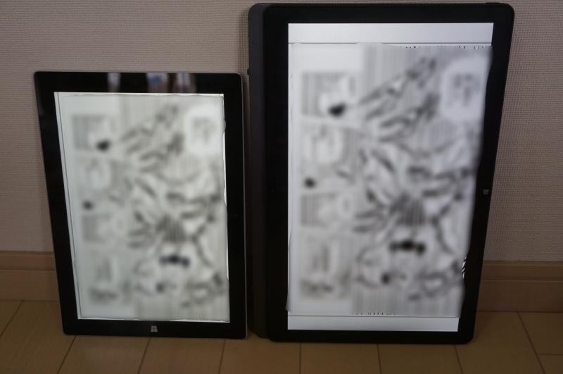 左Surface 3(1,920×1,280ドット、3:2)、右VAIO Z(2,560×1,440ドット、16:9)の2台で、コミックを縦画面で、単ページ表示しているところ。Surface 3はほとんど余白がないことが分かる