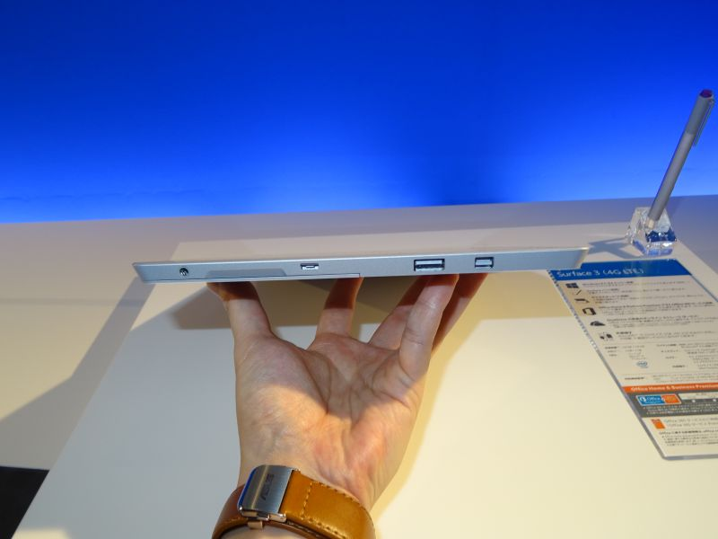 右側面にMini DisplayPort、USB 3.0、Micro USB、音声出力