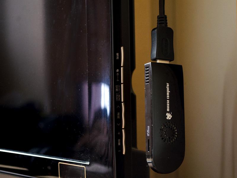 自宅のTVへ取り付けたところ。筆者自宅のケースだと、TV右側のHDMIコネクタへ接続すると、TVのフチからはみ出てしまうので、やはり裏側のHDMIコネクタへ接続する方がよさそうだ