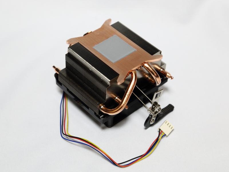 銅板やヒートパイプを用いた高性能版の純正CPUクーラーが付属する。