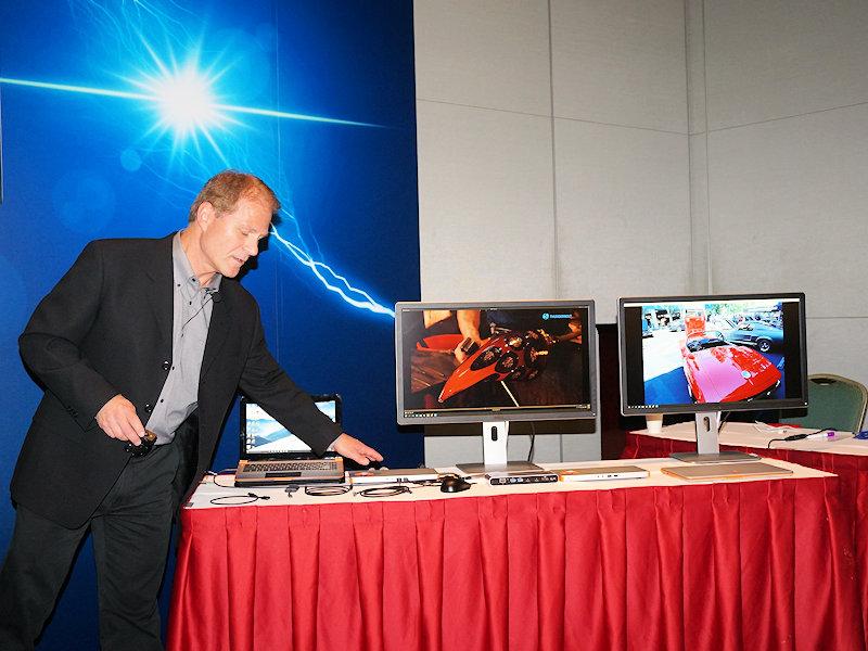 ジラー氏の会見で公開された、Thunderbolt 3に対応したノートPCから、モバイル向けのdGPUが搭載されたドッキングステーションに接続し、DisplayPortのディスプレイに表示している様子。電力もUSB PDの仕組みを利用して、ドッキングステーションから供給されている。