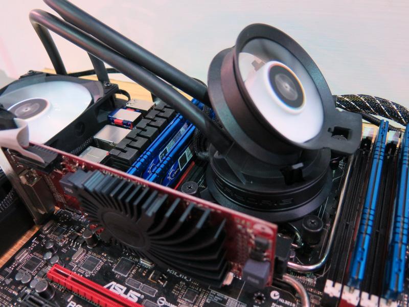 CPUブロックの上に小型のファンを装備する