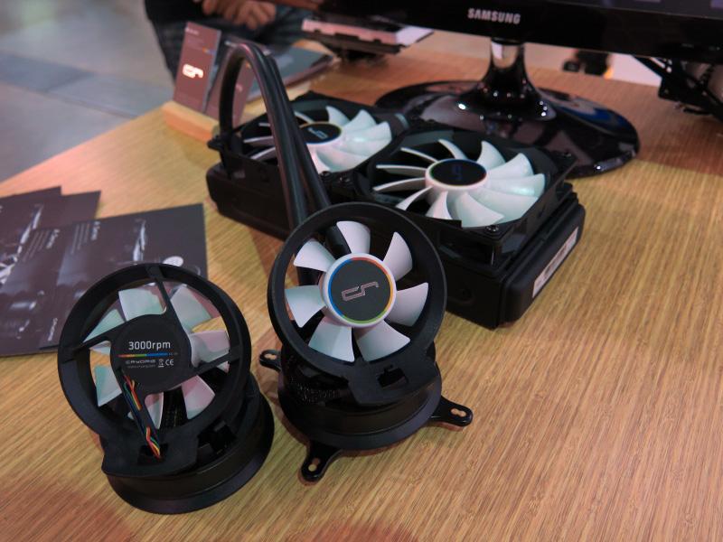 小型のファンは逆にも装着できる。なお、写真奥がA40 Ultimate