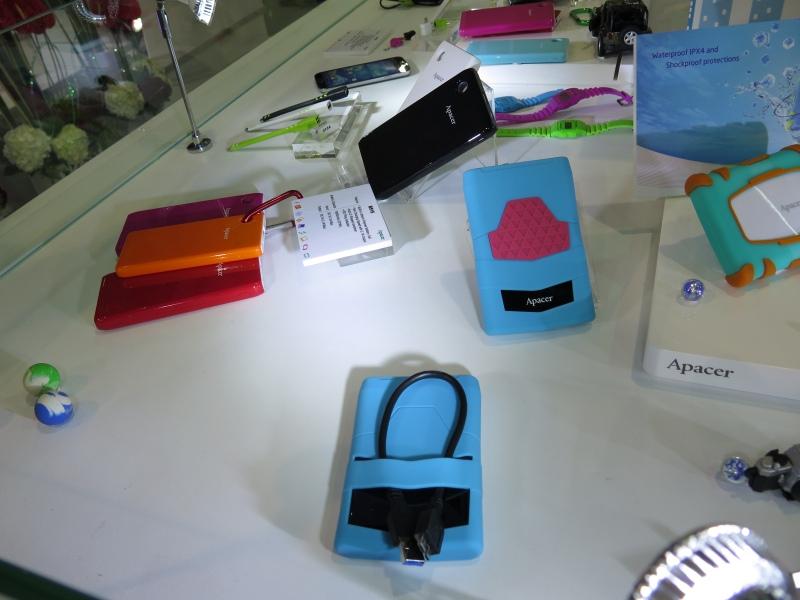 USBのモバイルバッテリやケーブルも製造しているという