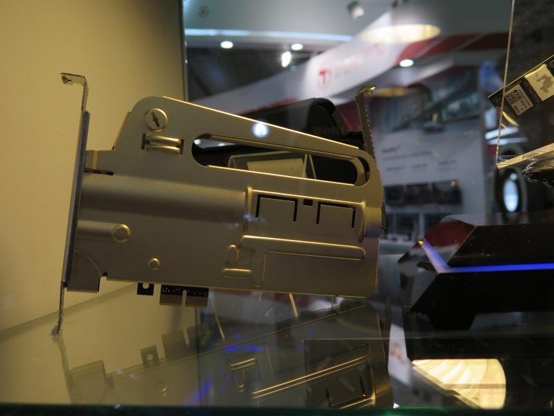 説明がなかったが、銃のマガジンをモチーフとしたPCI ExpressのSSDも展示された