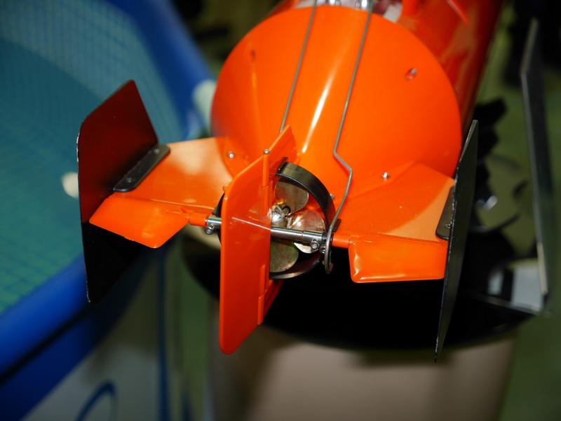 スクリューは直径62mm。スクリューの後方には垂直及び水平の舵が取り付けられている