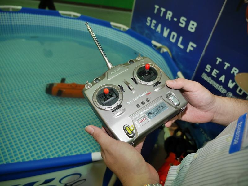 コントローラはラジコン用のものとほぼ同じ仕様。FM波を利用するモデルと2.4GHz帯域無線モデルを用意