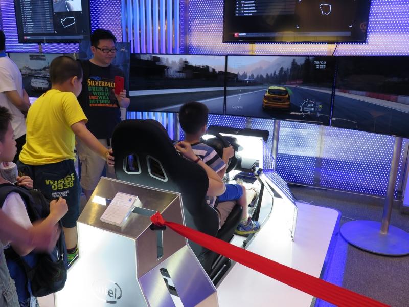 3面ディスプレイによるゲーミング環境を構築し、レーシングゲーム「GRID」をプレイできる