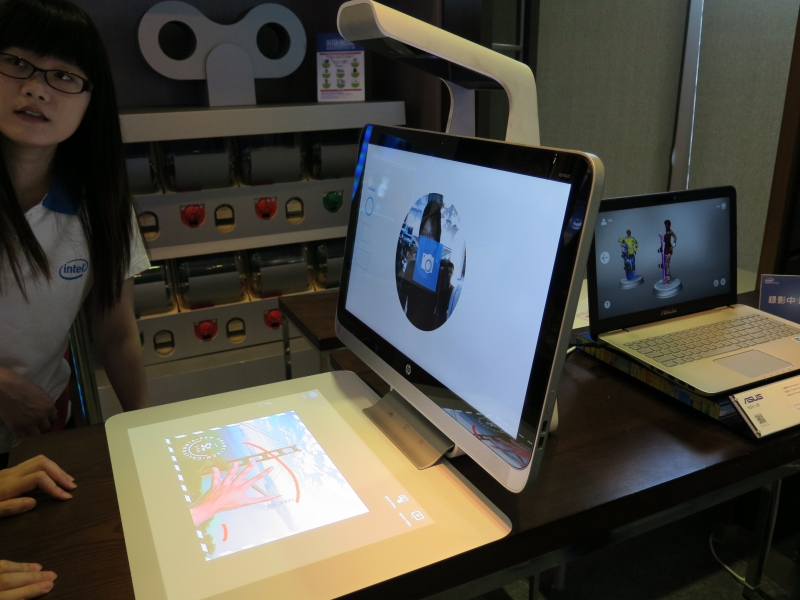 日本未発売、Hewlett-Packardのタッチマット搭載一体型PC「Sprout」も展示されている