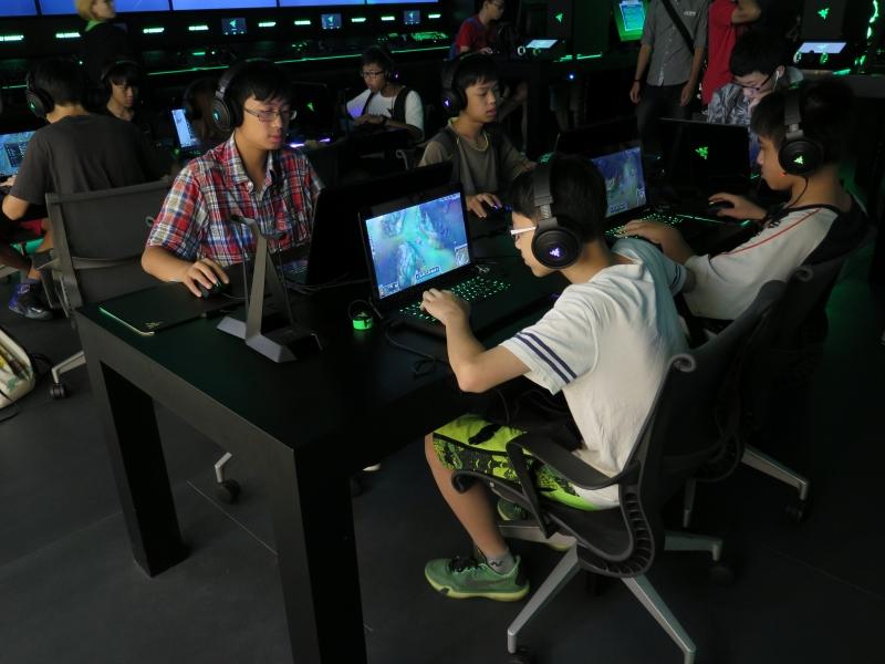 多くの子供達がゲームプレイを楽しんでいた。日本では考えられない風景だ