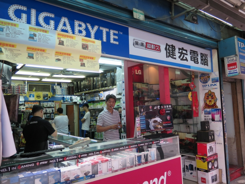 光華市場付近では独立系テナントのお店も並んでいる