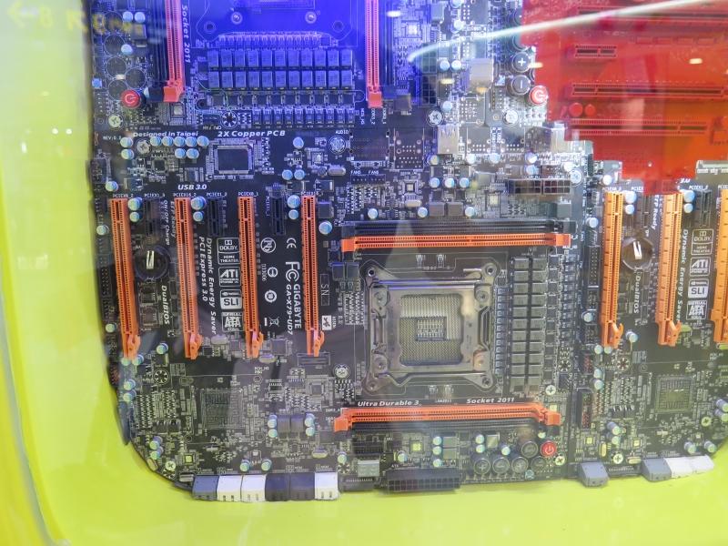 よく見るとGIGABYTEのX79マザーボードが入っている